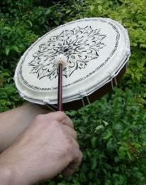 Šamanský rámový buben s kresbou